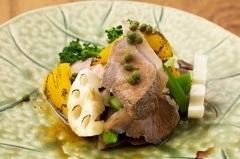 有田川町のHPのために作成した葡萄山椒と猪の料理。このようにお客様の要望を取り入れてコースに仕立てていきます。